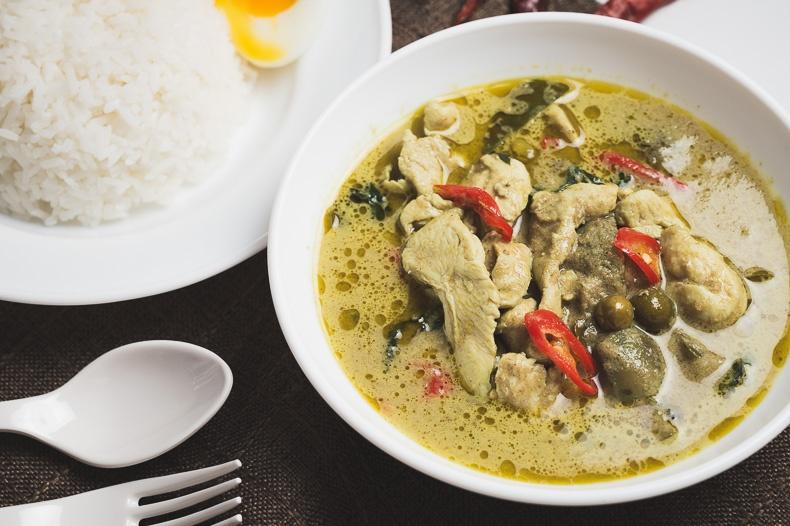 ข้าวแกงเขียวหวานไก่ (Green Chicken Curry Rice)