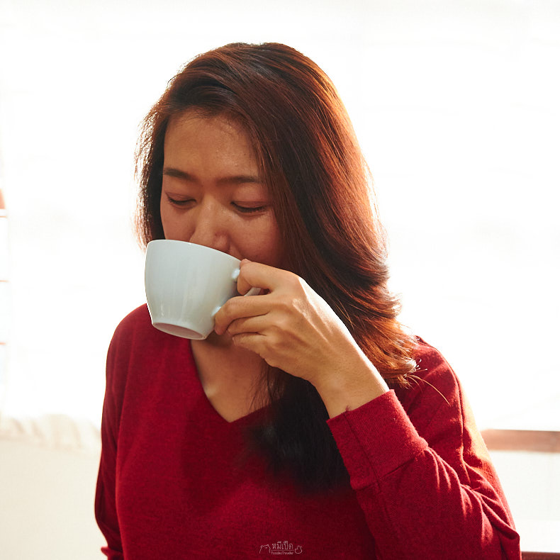 ผู้หญิงกินกาแฟ